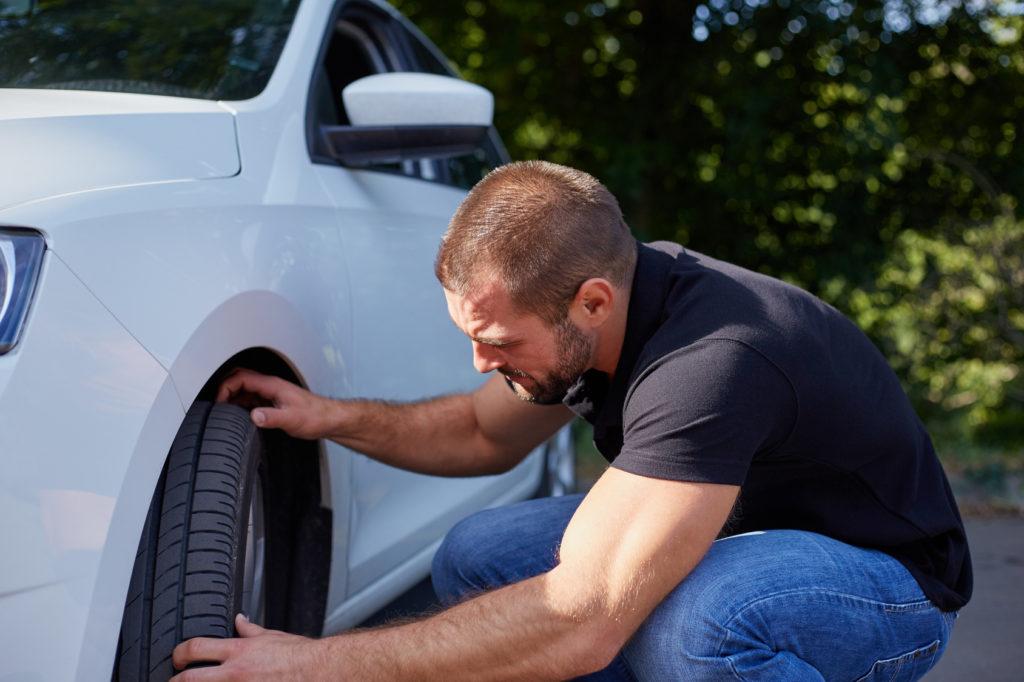 Homme examinant un véhicule - conseil pour acheter une voiture Le temple automobile