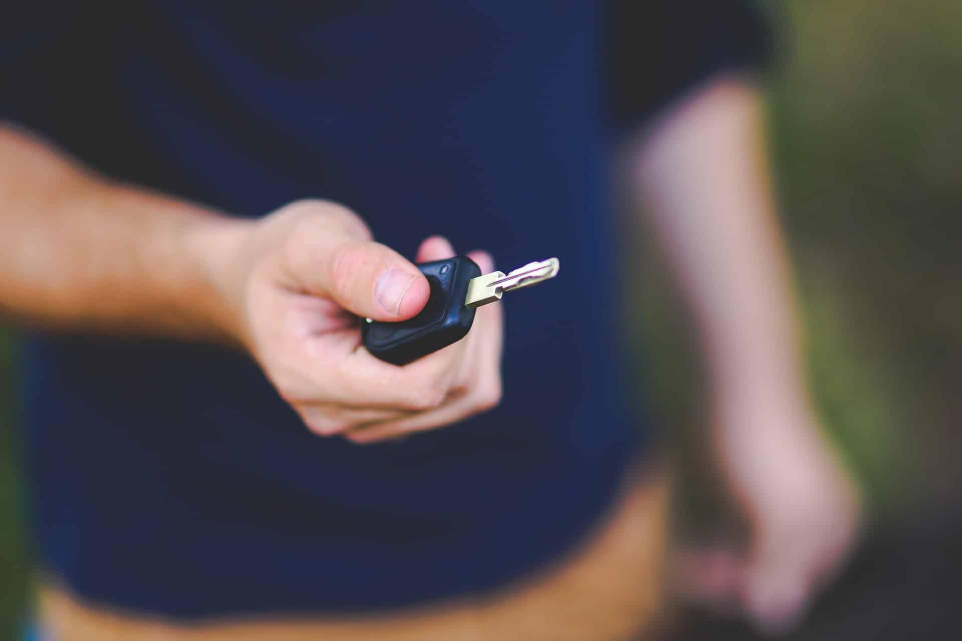 Homme prétant des clés dans le cadre d'un contrat de leasing