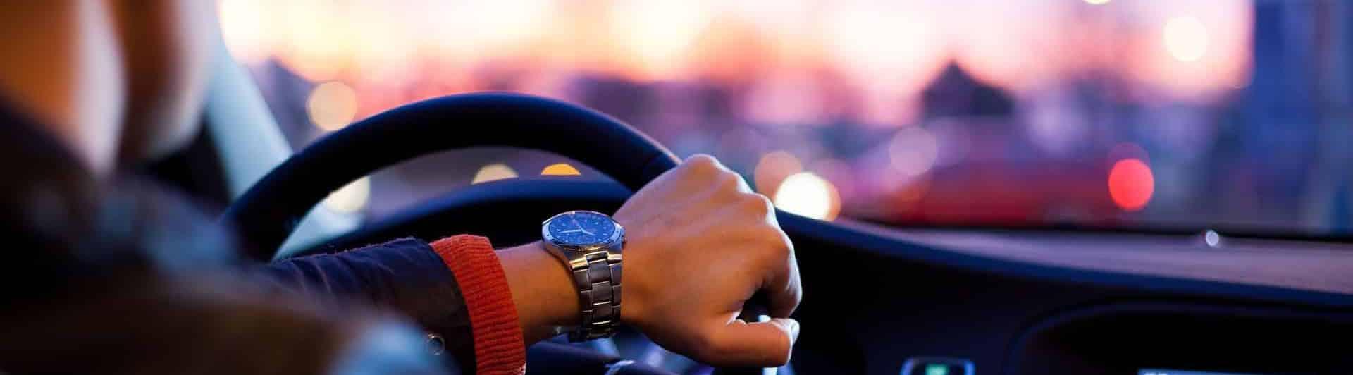 Homme conduisant sa nouvelle voiture obtenue grâce au leasing