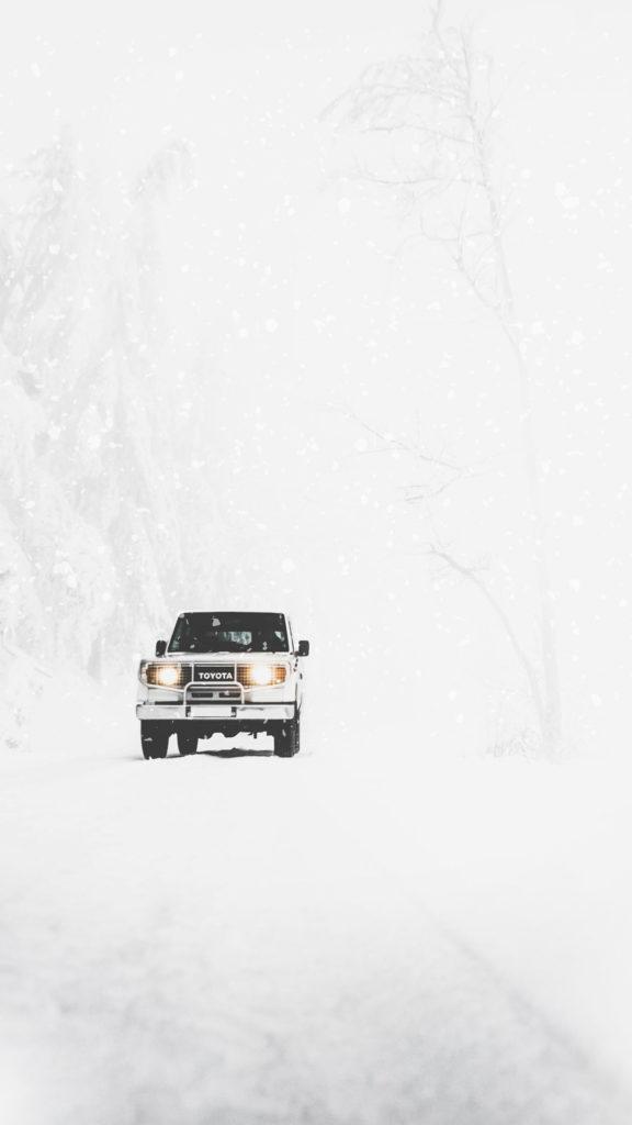 4x4 TOYOTA bravant la route de l'hiver