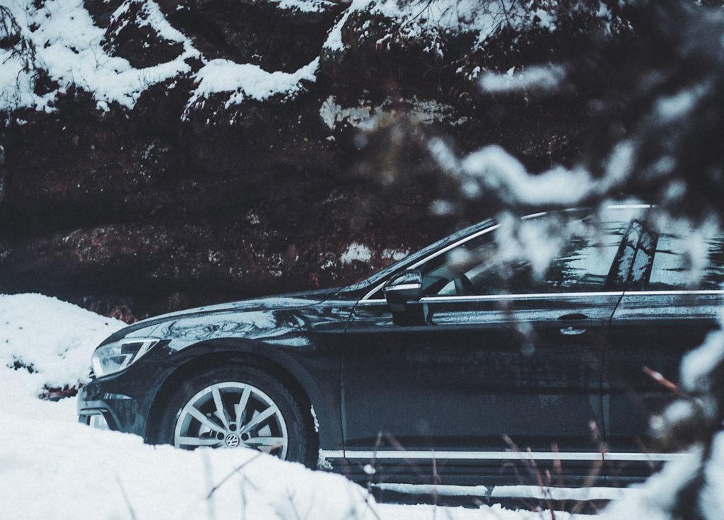 Voiture Volkswagen avec les pneus d'hiver